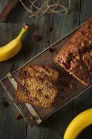 pão de banana caseiro com gotas de chocolate foto