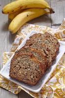 pão de banana com nozes foto
