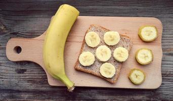 fatias de banana amarela na placa de madeira foto