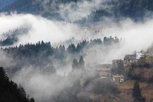 nevoeiro sobre welschnofen / nova levante foto