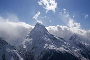 montanhas nubladas. montanhas do Cáucaso, Dombay.