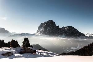 cabana alpina em um dia de inverno foto