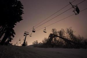 teleférico vazio à noite foto