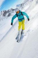 esquiador esqui downhill nas montanhas altas foto