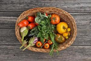 cesta de legumes coloridos foto