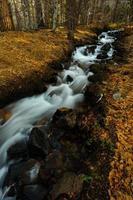 riacho que atravessa o monte