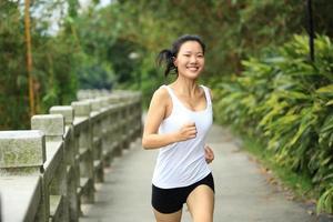 mulher de estilo de vida saudável correndo foto