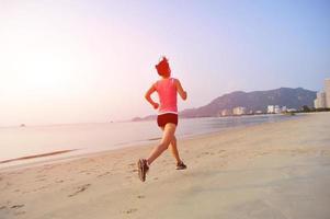 mulher correndo na praia foto