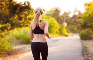 jovem mulher correndo no parque foto