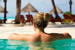 garota na piscina no paraíso resort