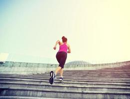 atleta corredor correndo nas escadas. foto