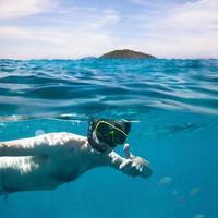 nadar debaixo d'água foto