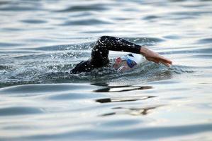 nadador triatleta em águas abertas foto