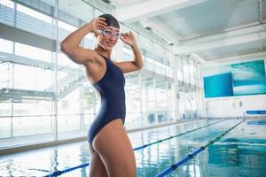 retrato de nadadora por piscina no centro de lazer foto