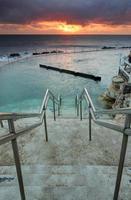 os degraus que levam até os banhos de oceano de bronte, na austrália
