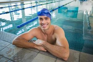 retrato de nadador na piscina no centro de lazer foto
