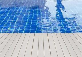 piscina e deck de madeira ideal para fundos foto