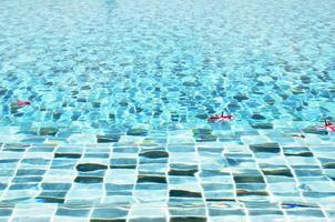 água na piscina azul