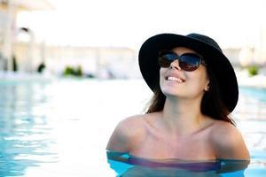mulher em pé na piscina foto