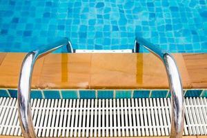 escadas da piscina foto