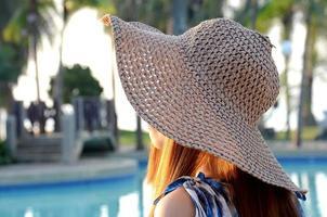 bela dama chapéu de praia grande foto