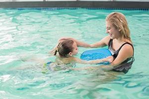 feliz mãe e filha na piscina foto