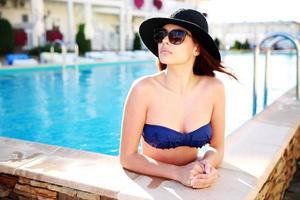 mulher em pé na piscina