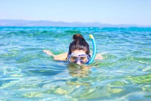 jovem mulher snorkel. foto