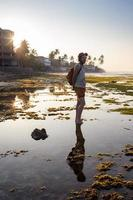 adolescente pulando no rio foto