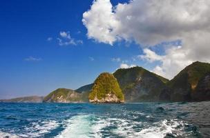 montanhas no oceano. Indonésia. bali foto