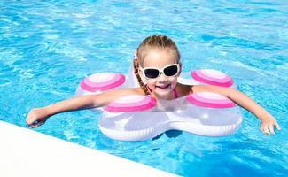 menina sorridente na piscina foto