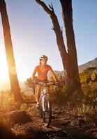 atleta de bicicleta de montanha foto
