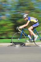 ciclista em alta velocidade - movimento borrado