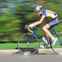 ciclista em alta velocidade - movimento borrado foto