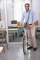 empresário casual com sua bicicleta foto