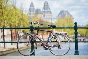 bicicleta na rua amsterdam na cidade