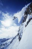 esquiador pulando da montanha foto