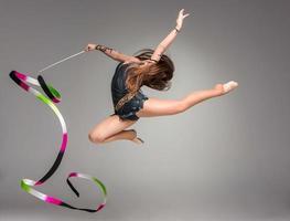 adolescente fazendo dança de ginástica com fita foto