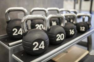pesos pesados kettlebells em uma academia de ginástica foto