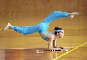 atleta de bastão girando foto
