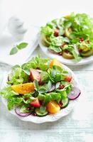 salada de tomate colorido com sementes de romã foto