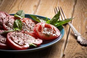 tomate com manjericão foto