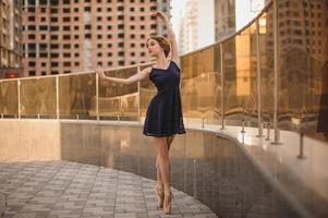 bela bailarina bailarina ao ar livre foto