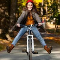 ciclismo urbano - menina e bicicleta na cidade foto