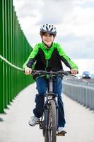 ciclismo urbano - menino andando de bicicleta na cidade foto
