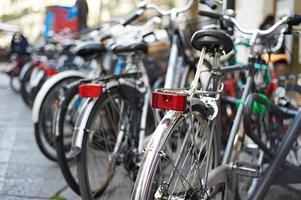 belas bicicletas nas ruas da cidade foto
