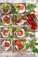 fatia de pão integral e tomate cereja foto