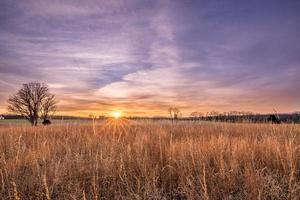 pôr do sol no campo de batalha