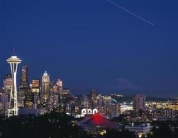 skyline vibrante de seattle com luzes da cidade e mt rainier foto