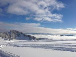 trilhas de snowmobile com nuvens